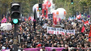Manifestaciones en París de funcionarios contra las políticas de Macron. (AFP)