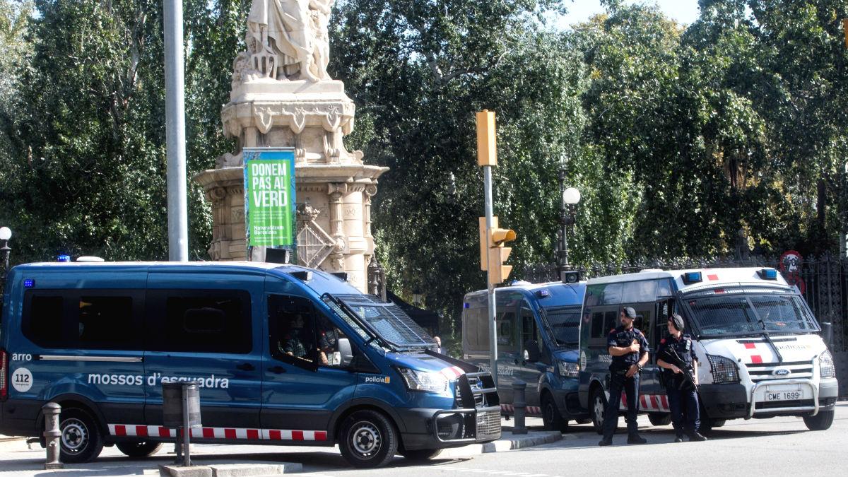 Miembros de los Mossos d'Esquadra custodian la entrada del parque de la Ciutadella, donde se encuentra el Parlament de Catalunya, en el que esta tarde el presidente de la Generalitat, Carles Puigdemont, comparecerá a petición propia ante el pleno del Parlament (Foto: Efe)