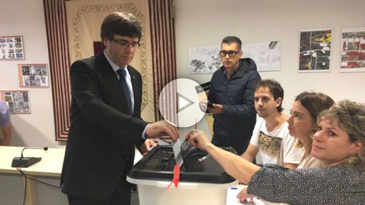 El presidente de la Generalitat, Carles Puigdemont, votando en el referéndum ilegal
