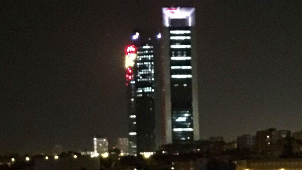 La Torre de Cristal se tiñe de rojo y amarillo por la Fiesta Nacional