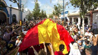 Bandera de 50 metros desplegada en Fuengirola (Foto: Efe).