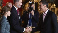Pedro Sánchez saluda a los Reyes de España.