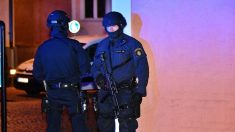 Policías suecos en el lugar del tiroteo.