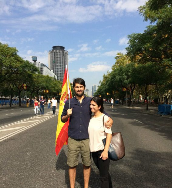 Decenas de miles de madrileños acuden con sus banderas al desfile militar para vitorear a Felipe VI