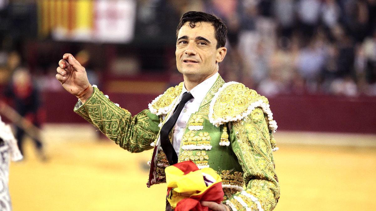 Paco Ureña pasea una de las orejas cortadas (Foto: Efe).