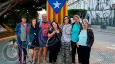 Gema Aguilar y otros miembros de Podemos en Melilla posan junto a la bandera independentista de Cataluña.