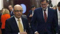 El presidente del Gobierno, Mariano Rajoy, y el ministro de Hacienda, Cristóbal Montoro. (Foto EFE)