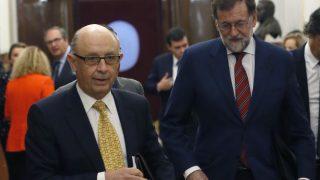 El presidente del Gobierno, Mariano Rajoy (d), y el ministro de Hacienda, Cristóbal Montoro (i). (Foto EFE)