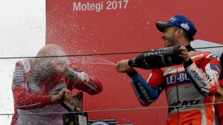 Dovizioso celebra su victoria en Motegi. (AFP)
