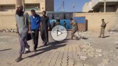 Yihadistas de Estado Islámico tras rendirse.