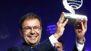 Javier Sierra con el trofeo de ganador del Premio Planeta (Foto: Efe).