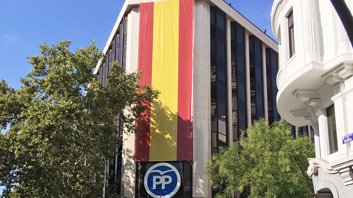 Bandera de España en la fachada de la sede del PP en la calle Génova. (Foto: Francisco Toledo)