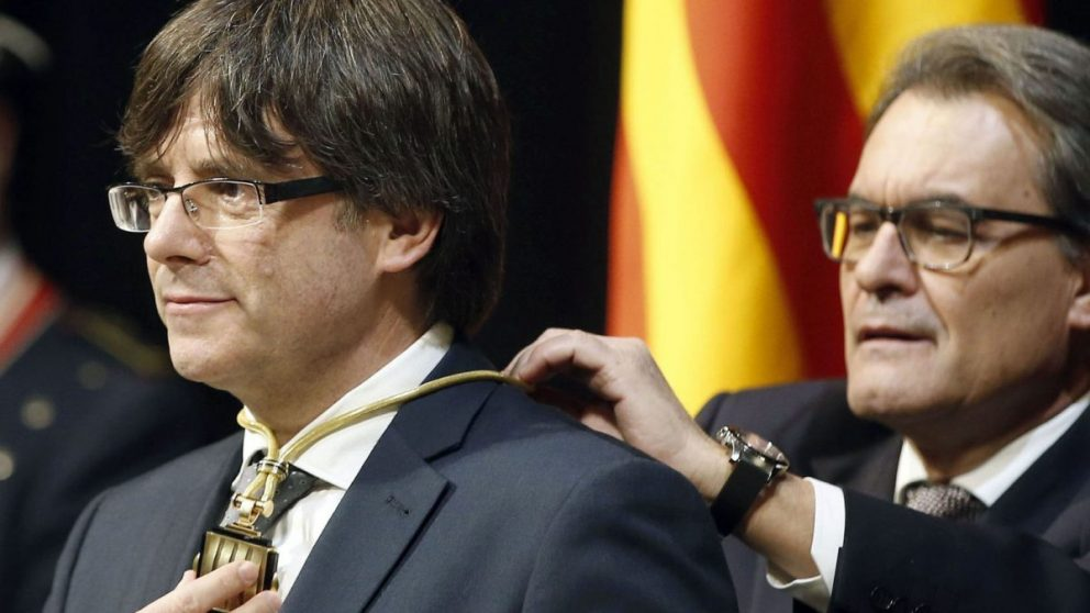 Carles Puigdemont tomando posesión de su cargo como presidente de la Generalitat (Foto. Getty)