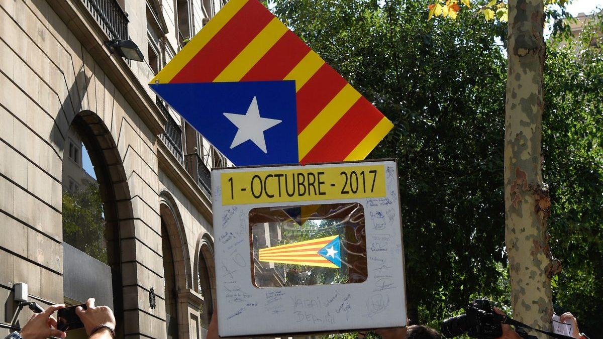 Urna de cartón en el referéndum ilegal del 1-O en las calles de Cataluña.