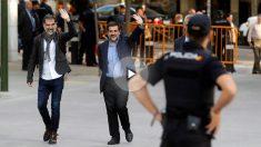 Jordi Cuixart y Jordi Sánchez, presidentes de Òmnium y la ANC, a su llegada a la Audiencia Nacional. (EFE)
