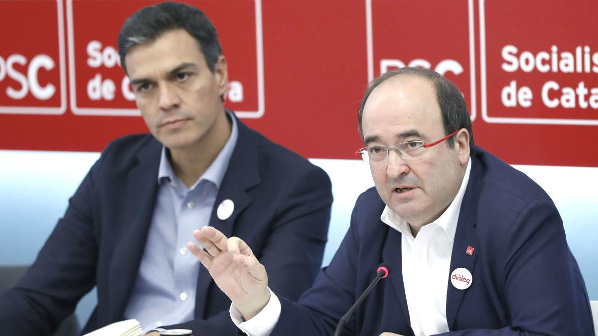 El presidente del Gobierno y secretario general del PSOE, Pedro Sánchez (i), y el primer secretario del PSC, Miquel Iceta (i). (Foto: EFE)