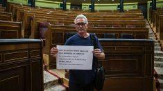 Diego Cañamero con un cartel en apoyo a los detenidos en Cataluña. (Foto: FRANCISCO TOLEDO)