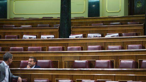 Fotos en apoyo a los detenidos en Cataluña en los escaños del Congreso. (Foto: FRANCISCO TOLEDO)