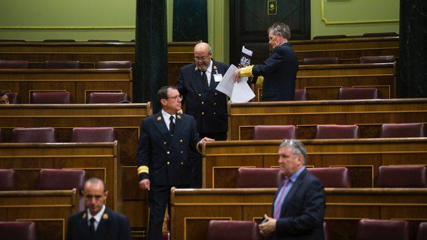 Retirando las fotos en apoyo a los detenidos en Cataluña en los escaños del Congreso. (Foto: FRANCISCO TOLEDO)