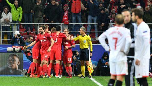 Los jugadores del Sevilla observan la celebración del Spartak. (AFP)