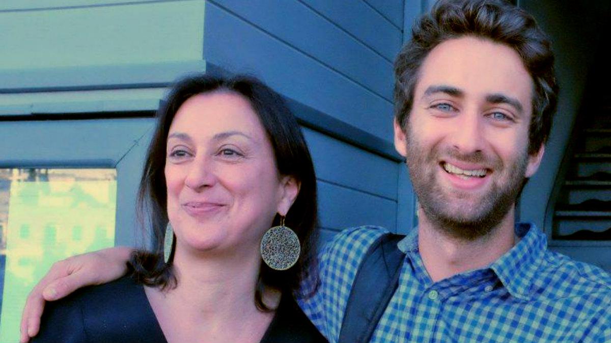 Matthew Caruana, junto a su madre, la periodista asesinada en Malta, Daphne Caruana Galizia.