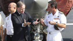El delegado del Gobierno, Juan Carlos Moragues (i), conversa con el comandante del portaviones Juan Carlos I, José Lago Ochoa (d), durante la visita que ha realizado al buque, el mayor de la Armada (Foto: Efe)
