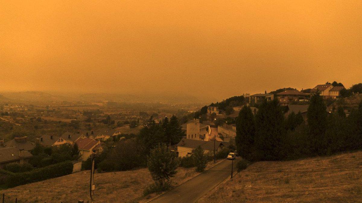 Así amaneció Ponferrada el lunes asolada por los incendios.