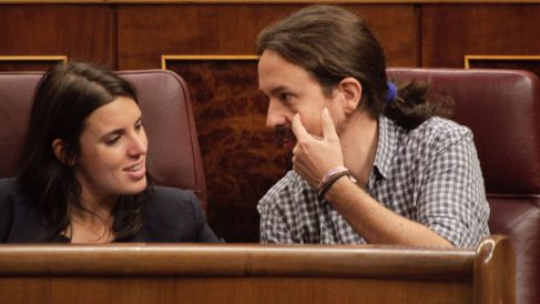 Irene Montero y Pablo Iglesias en sus escaños del Congreso. (Foto: Francisco Toledo)