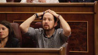 Pablo Iglesias haciéndose la coleta en el Congreso de los diputados. (Foto: FRANCISCO TOLEDO)