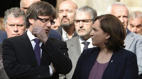 Carles Puigdemont y Ada Colau. (Foto: EFE)