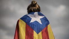 Una chica con la bandera independentista de Cataluña (Foto. Getty)