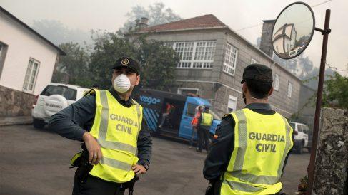 Agentes de la Guardia Civil en los incendios en Galicia. (Foto: EFE)