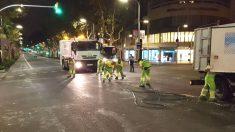 Los servicios de limpieza quitan la cera dejada en la manifestación independentista de anoche (Foto: Alex Riera)