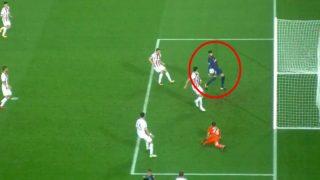 Gerard Piqué fue expulsado por tocar el balón con la mano.