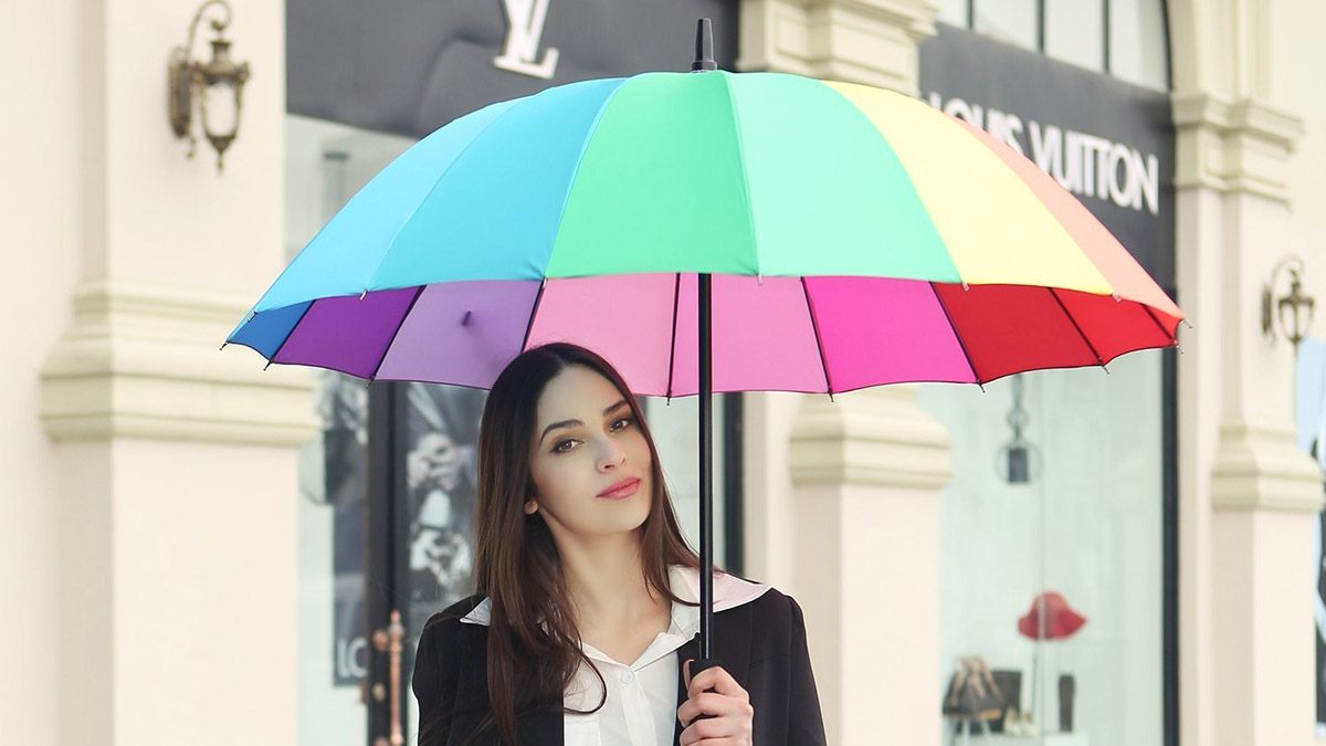 Tu paraguas dice mucho de ti, así que ¿por qué conformarse con los tradicionales? Seleccionamos para ti los paraguas más originales del otoño