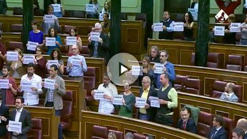 Podemos y PDeCAT sacan pancartas pidiendo la libertad de los sediciosos en mitad del Pleno