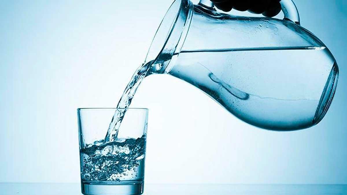 cuantos litros agua es recomendable tomar al dia