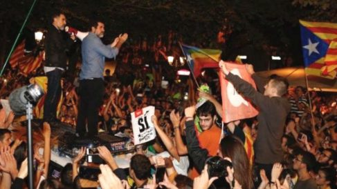 El presidente de Òmnium Cultural, Jordi Cuixart, y el de la ANC, Jordi Sánchez, encima de un coche de la Guardia Civil
