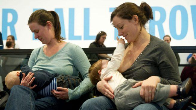Madres en periodo de lactancia danto el pecho a sus hijos. Foto: GettyImages