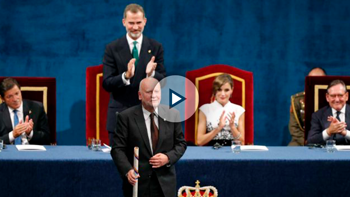 El poeta polaco Adam Zagajewski tras recibir el Premio Princesa de Asturias de las Letras de manos del rey Felipe VI (detrás de pie), durante la ceremonia de entrega de los galardones, hoy en el Teatro Campoamor de Oviedo. Foto: EFE