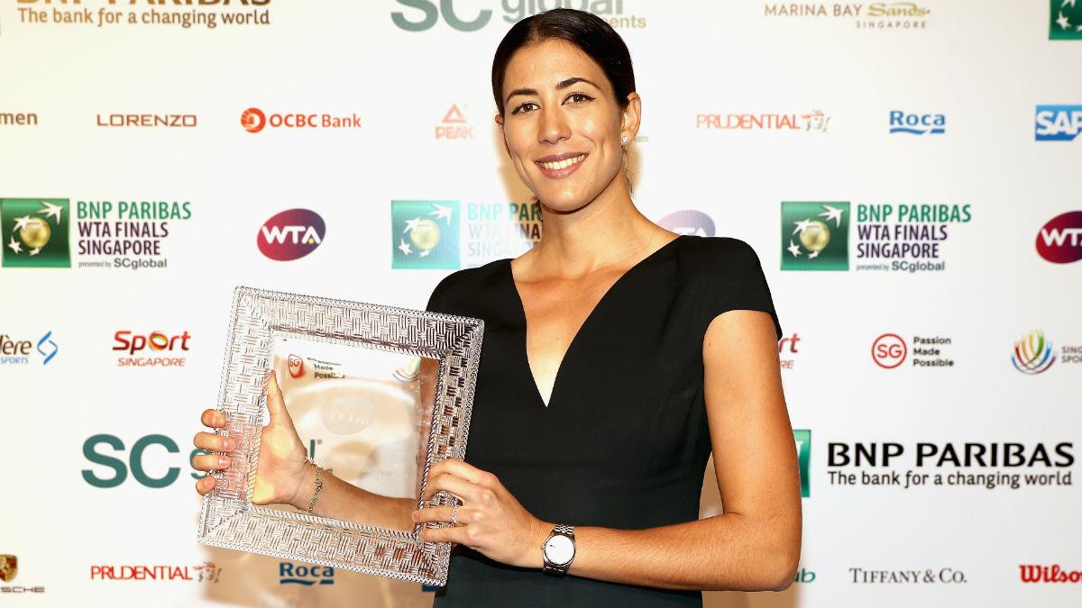 Garbiñe Muguruza posa con el trofeo de mejor jugadora del año en la WTA. (Getty)