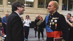 El ex presidente de la Generalitat, Carles Puigdemont, y el actor estrella de TV3, Toni Albà, caracterizado como Juan Carlos I.