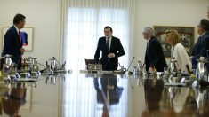 Rajoy y sus ministros, en el Consejo extraordinario para la aplicación del artículo 155. (EFE)