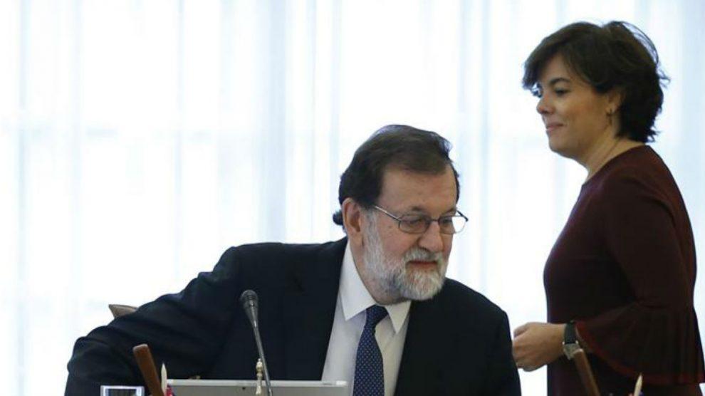 Soraya Sánenz de Santamaría y Mariano Rajoy en un Consejo de Ministros. (Foto: EFE)
