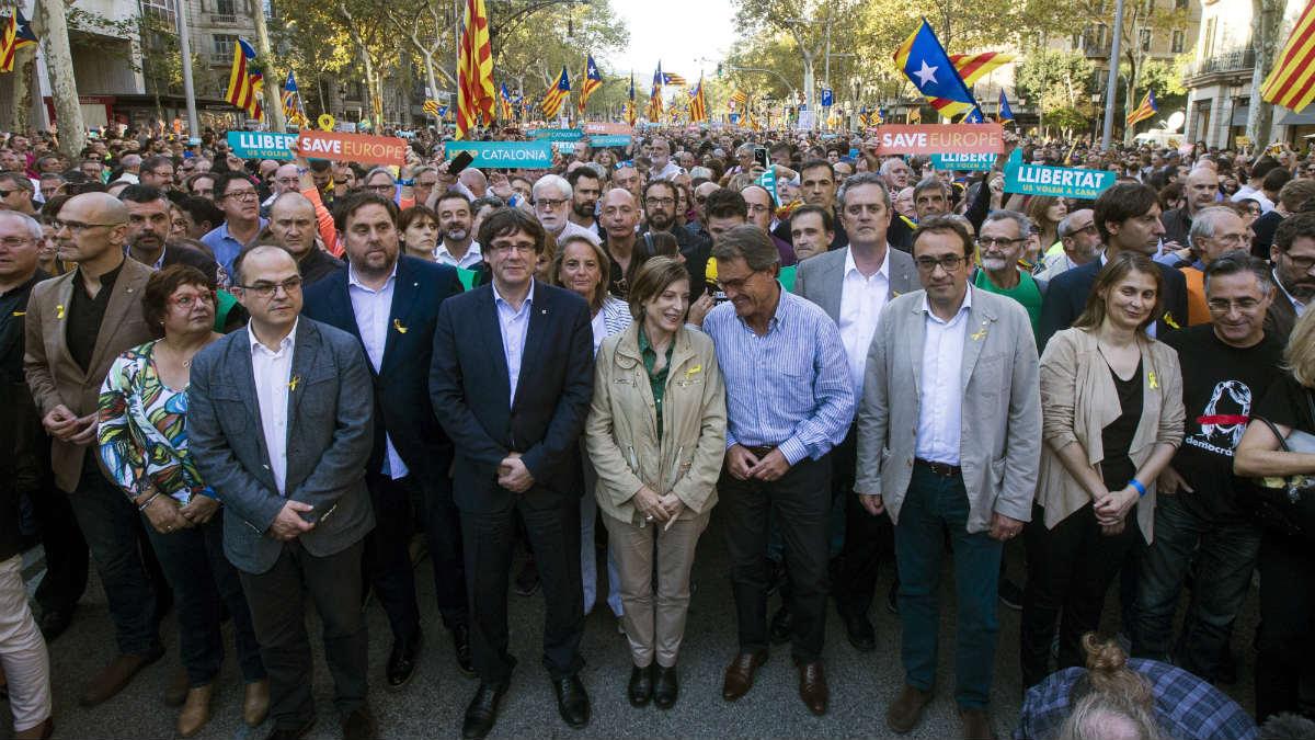 Junqueras, Puigdemont, Forcadell y Mas, entre otros dirigentes independentistas, al frente de la manifestación en protesta por el 155. (EFE)