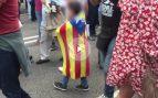 Los independentistas siguen usando niños con esteladas y camisetas de Òmnium para lanzar su mensaje