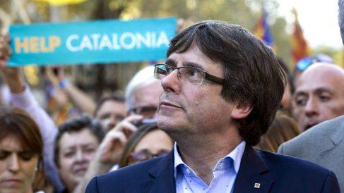Carles Puigdemont en la manifestación a favor de los golpistas Jordi Cuixart y Jordi Sànchez, minutos antes de pronunciar su declaración institucional. (Foto: EFE)