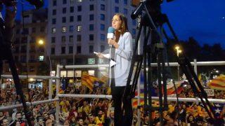 Los manifestantes abuchean y silban a la periodista de TVE.