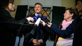 Borut Pahor, presidente de Eslovenia, sonríe a la prensa tras depositar su voto. (AFP)