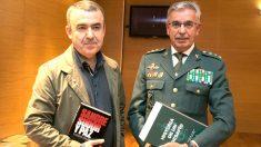 El coronel Sánchez Corbí con el escritor Lorenzo Silva (Foto: Efe).